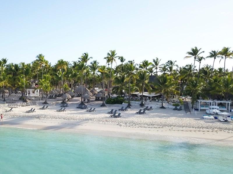 Flânez au bord de plage au sable blanc