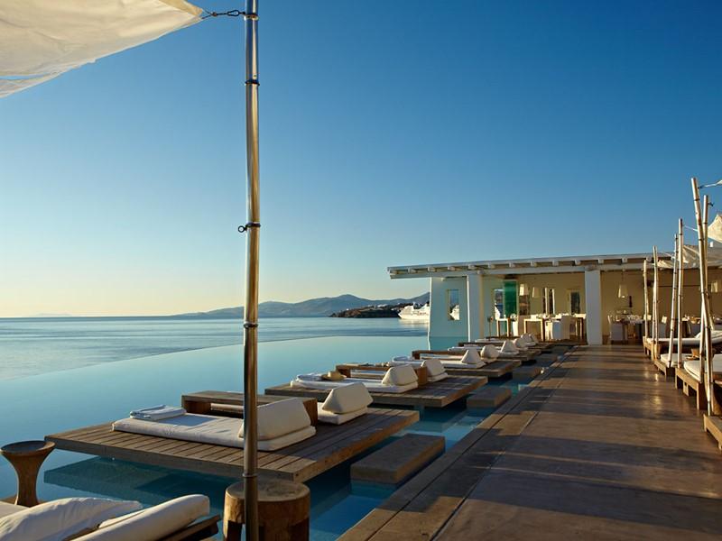 Profitez de la superbe piscine de l'hôtel Cavo Tagoo