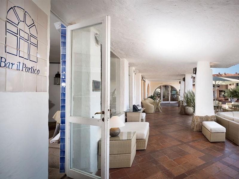 Bar Il Portico de l'hôtel Cervo situé en Sardaigne