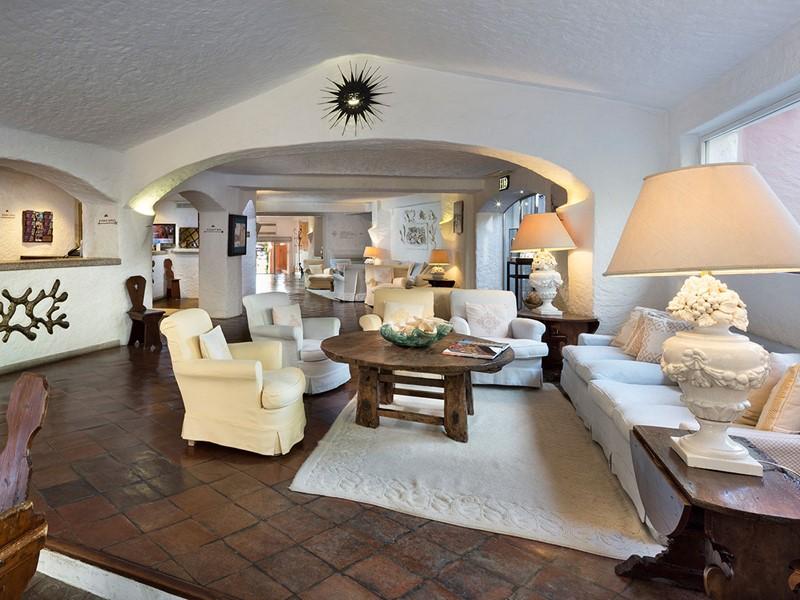 Le lobby de l'hôtel Cervo situé en Sardaigne