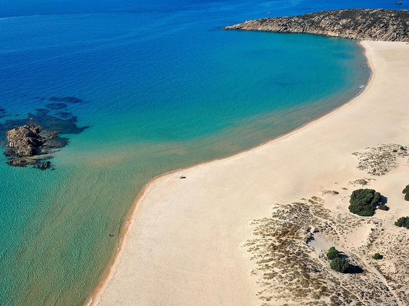 La plage et ses eaux cristallines