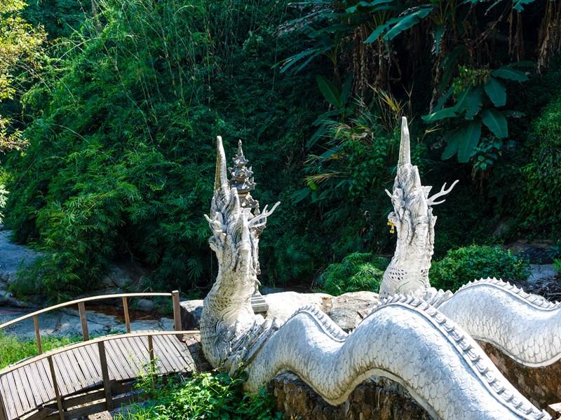 Le Wat Pha Lad, gardé par de magnifiques statues de dragons blancs