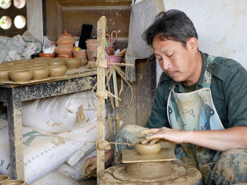 Atelier de poterie dans le village de Baan Muang Kung