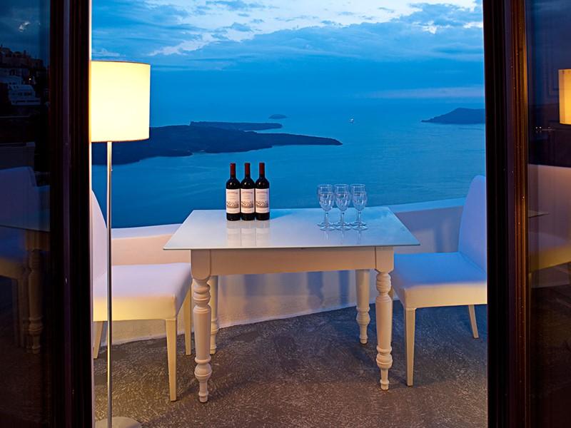 Une sélection de vins vous attend au Chromata Santorin