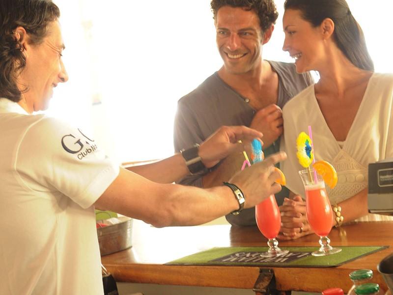 Sirotez des délicieux cocktails au Pool Bar du Club Med