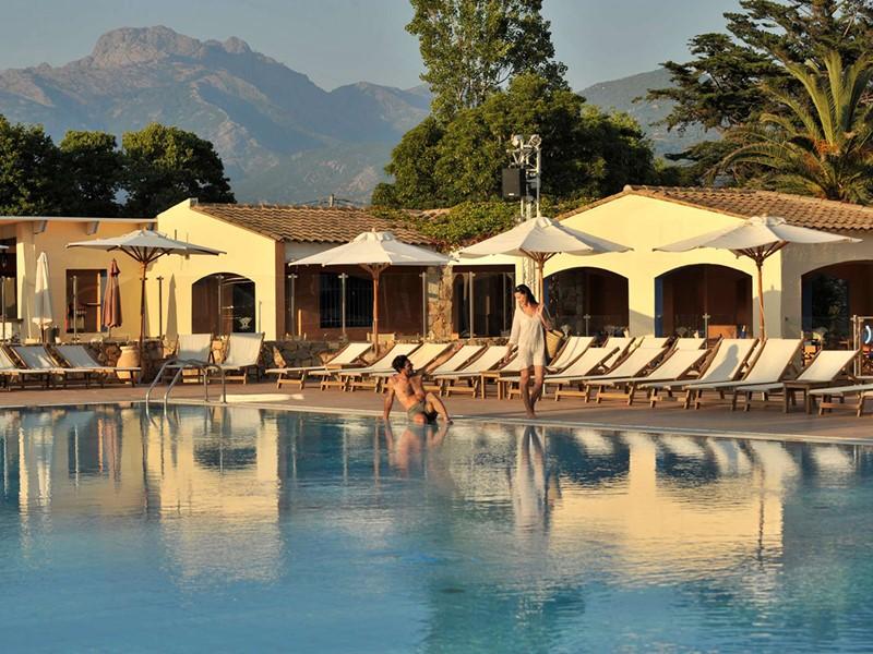 Profitez de la belle piscine du Club Med Cargèse