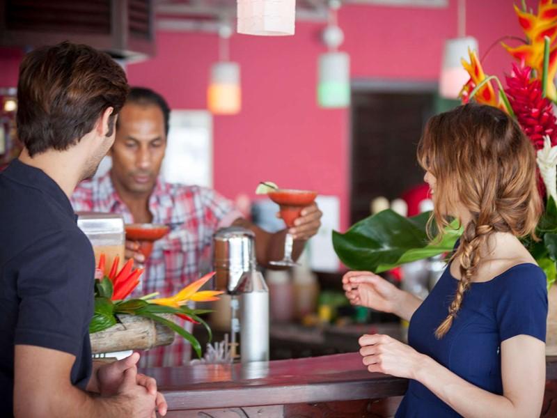 Sirotez des délicieux cocktails au Mango Bar du Club Med