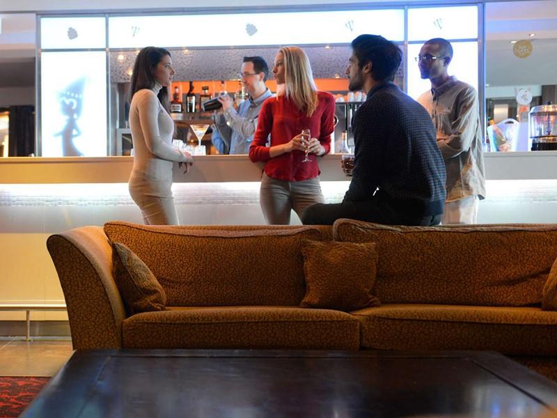 Rafraichissez vous au Bobsleigh Bar du Club Med