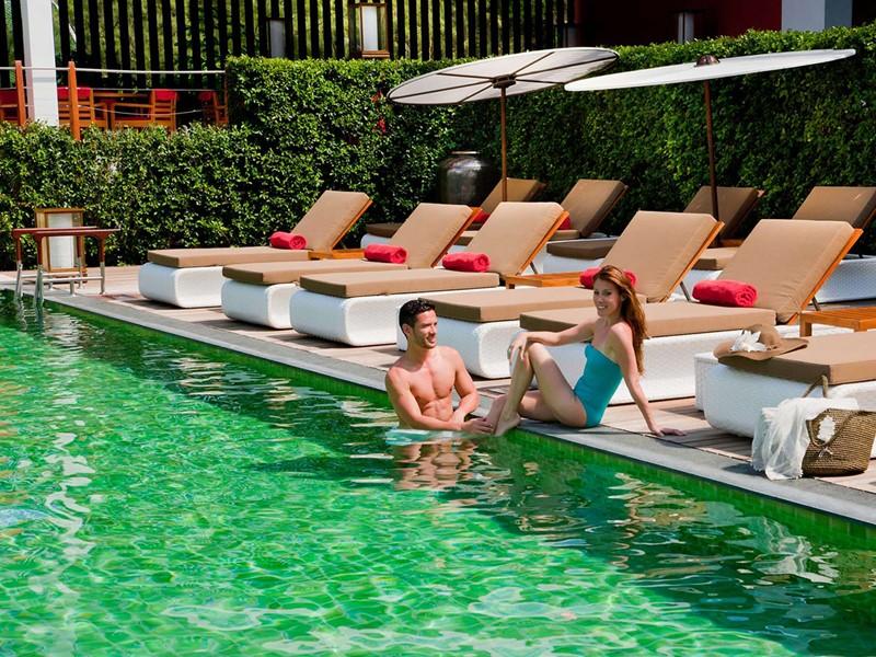 Détente au bord de la piscine du Club Med Phuket