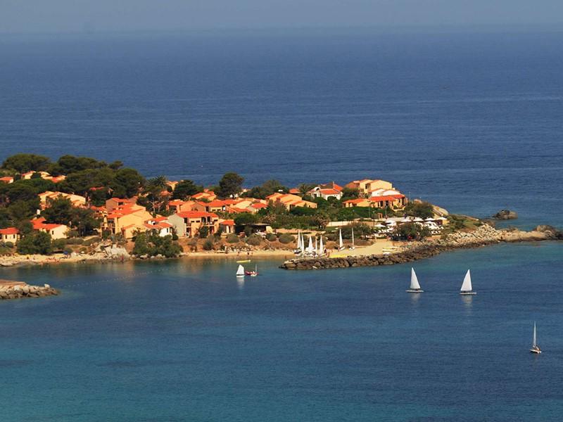 Vue du Club Med, un domaine surplombe une pointe rocheuse aux eaux claires