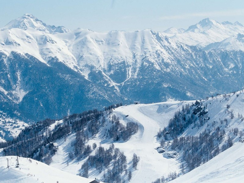 Appréciez la vue sur les montagnes enneigées