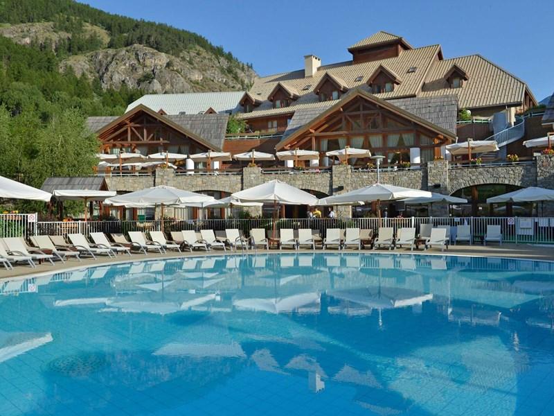 Vue du Club Med Serre-Chevalier, un hôtel à l'architecture typique