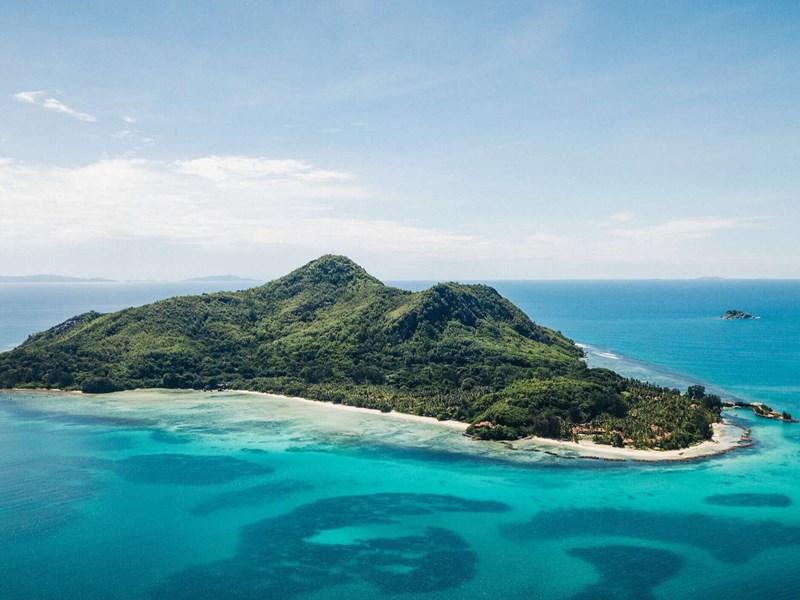 Une île verdoyante aux eaux turquoise