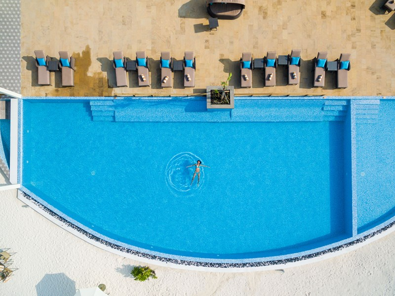 Profitez de la piscine de l'hôtel