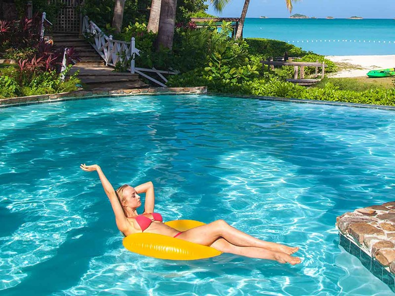 Profitez de la belle piscine du Cocos Hotel Antigua