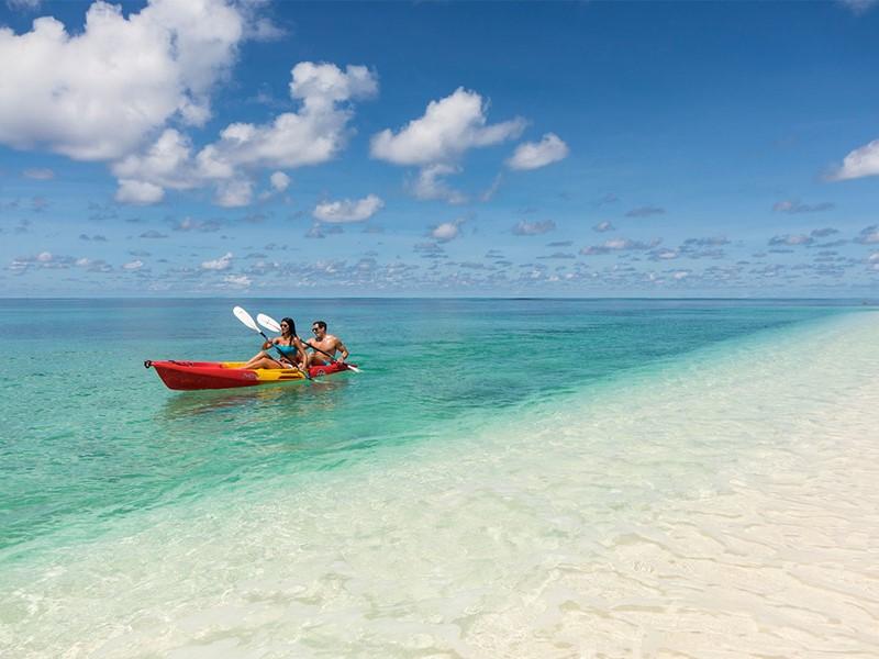 Virée en canoë sur les eaux turquoises de l'océan Indien