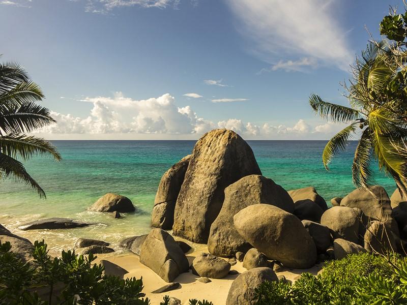 Plage du Carana Beach Hôtel, sur l'île de Mahé aux Seychelles