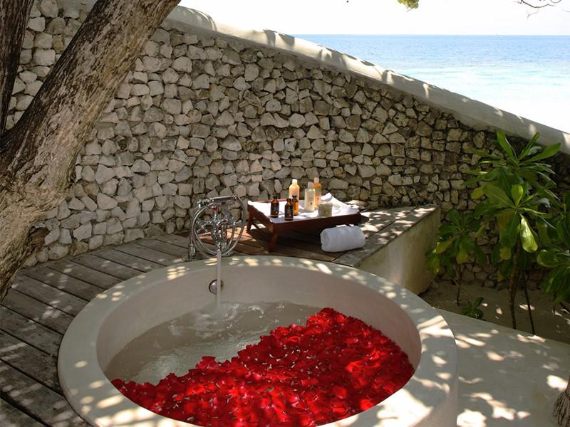 Bain de fleurs au spa du COMO Cocoa Island