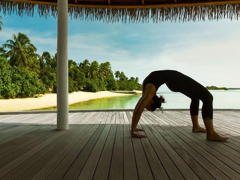 Yoga au Maalifushi by COMO situé aux Maldives