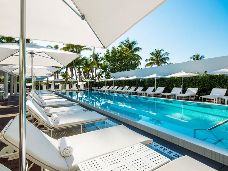 Détendez-vous au bord de la piscine à l'hôtel Como Metropolitan