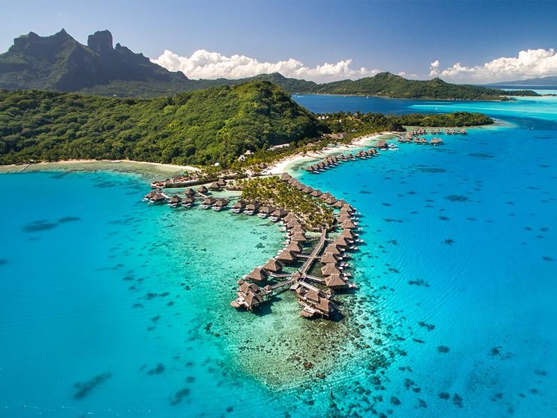 Vue aérienne du Conrad Bora Bora Nui baigné dans un lagon légendaire