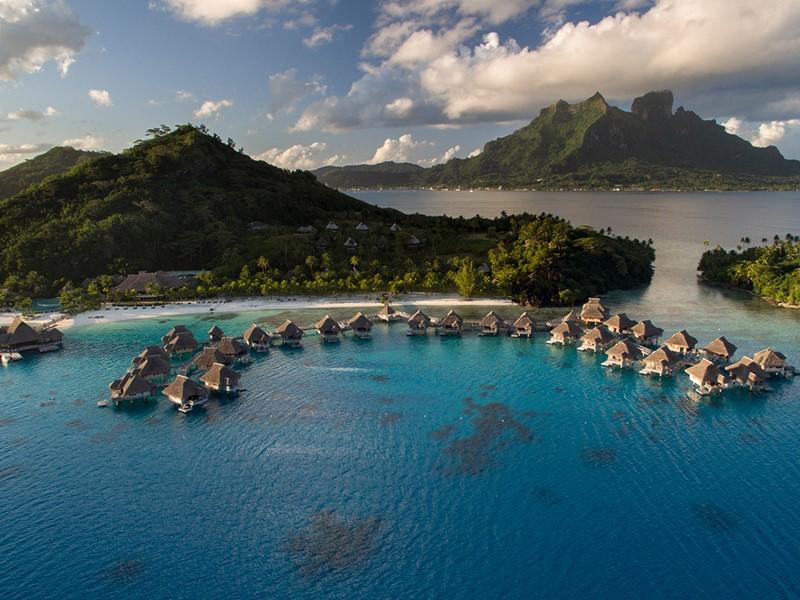 Le Conrad Bora Bora Nui entouré de majestueuses roches magmatiques