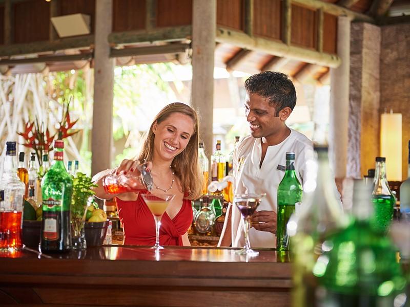 Sirotez de délicieux cocktails au bar
