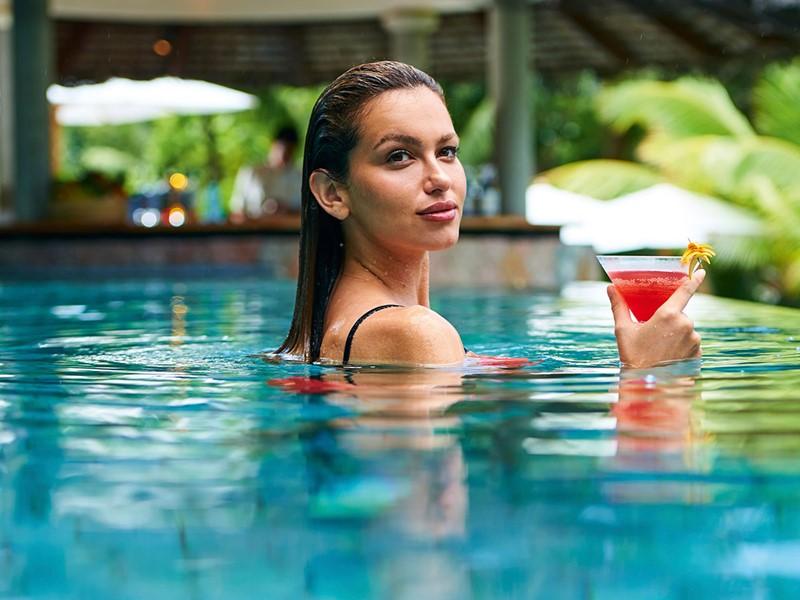 Sirotez un cocktail exotique tout en profitant de la piscine