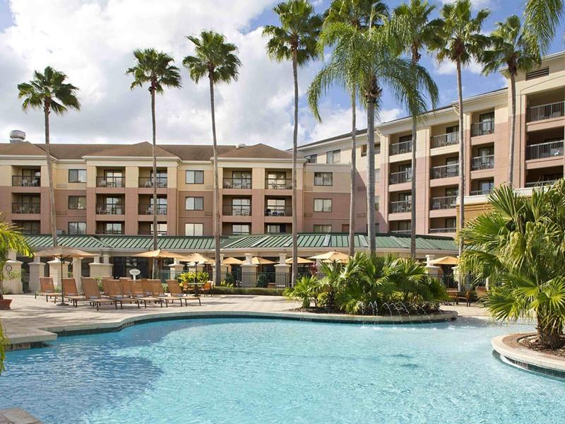 La superbe piscine du Courtyard Orlando Lake Buena Vista