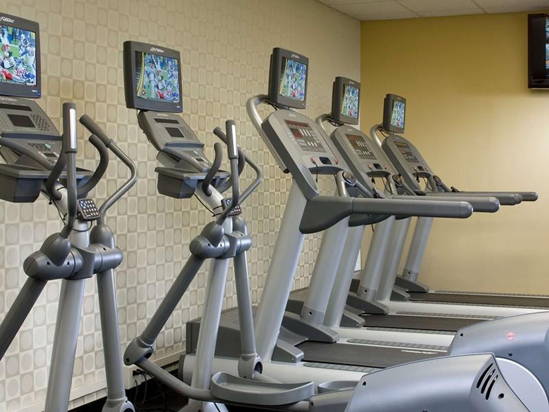 La gym de l'hôtel Courtyard Orlando Lake Buena Vista