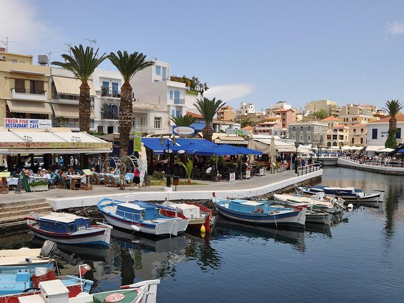 Découvrez la ville côtière d'Agios Nikolaos avec son petit port et ses plages de sable ou de galets