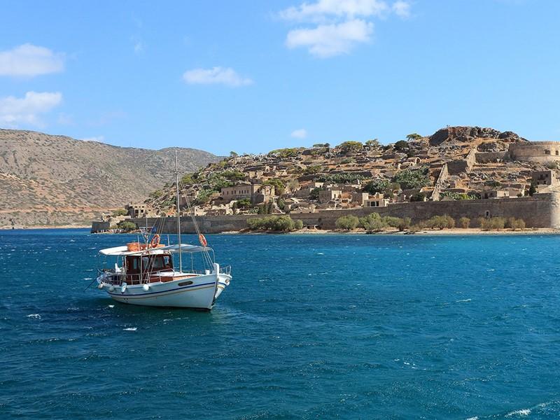 Embarquer à bord d'un bateau pour découvrir l'île forteresse de Spinalonga