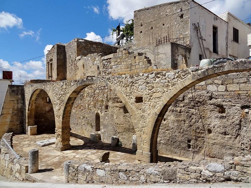 Explorer le village de Polyrrhenia et son site archéologique