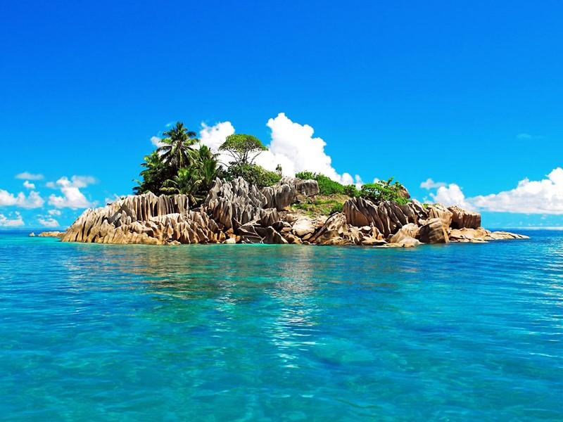 Halte sur l'île Saint-Pierre, situé au milieu d'un océan turquoise