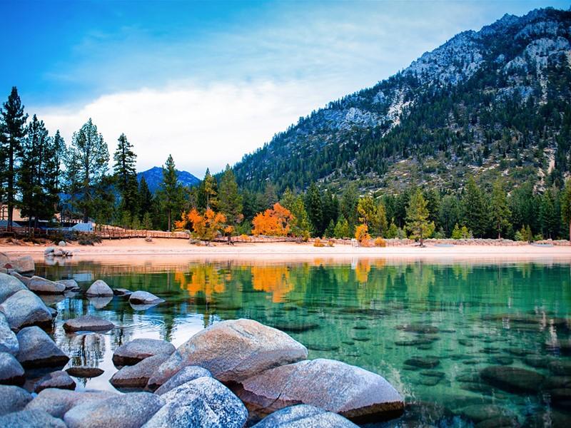 Rejoignez le lac Tahoe, passage d'une ville à une nature époustouflante