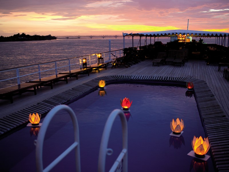 Profitez des douces soirées à bord du Road to Mandalay.