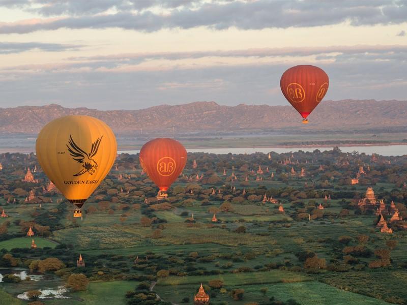 Survol de Bagan en montgolfière