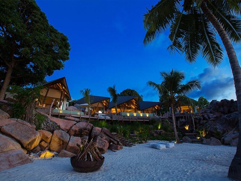 Vue de nuit de la superbe villa Deckenia aux Seychelles