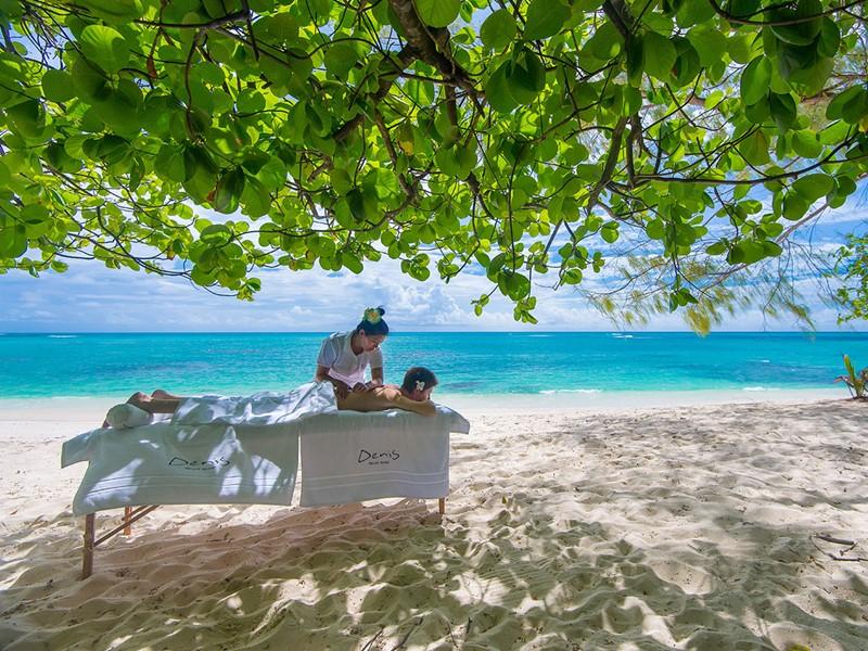 Massage sur la plage de l'hôtel 5 étoiles Denis Private Island