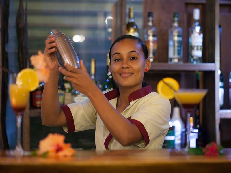 Sirotez des délicieux cocktails au bar du Dhevatara Beach