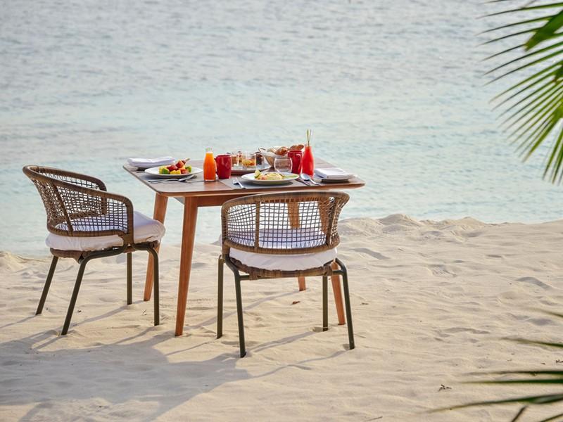 Somptueux repas les pieds dans le sable au Dhigali