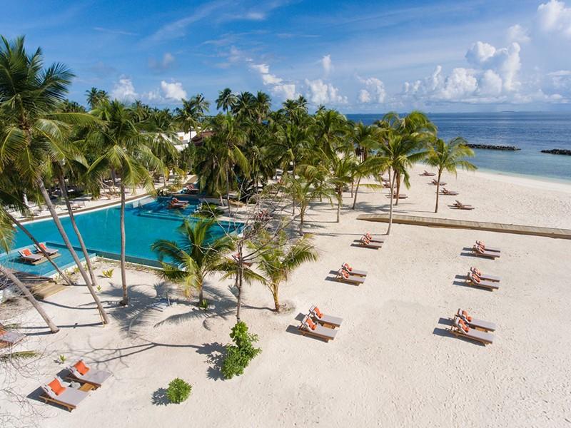 La plage de l'hôtel Dhigali situé dans l'atoll de Raa