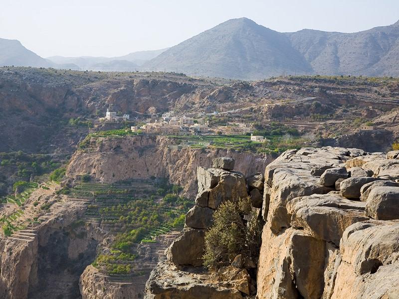 Admirez les nuances ocres des falaises