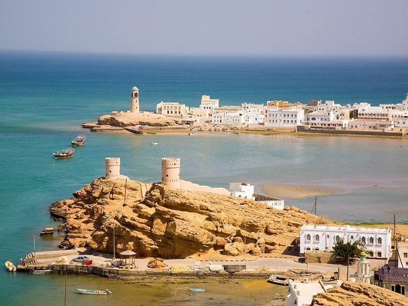 Admirez ses deux forts monumentaux, Al-Jalali et Al-Mirani