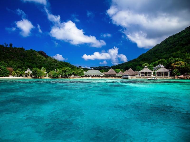 L'hôtel vue depuis la mer, entre forêt et eau cristallines