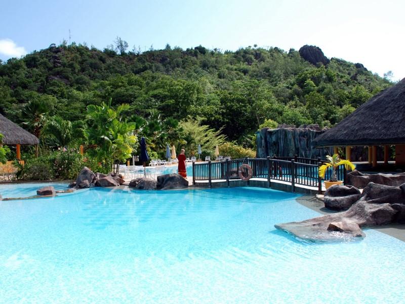 Une piscine aménagée entourée par la nature