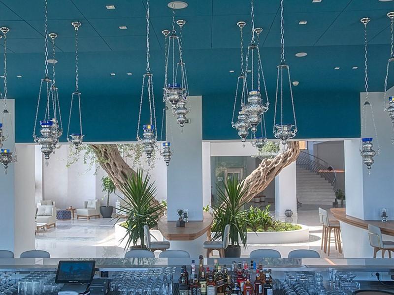 Le Blue Bar de l'hôtel Domes Miramare en Grèce