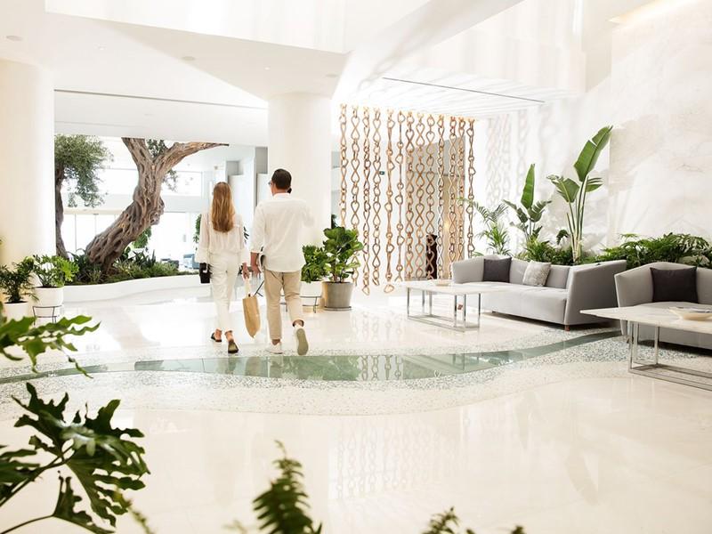 Le lobby du Domes Miramare, au style contemporain