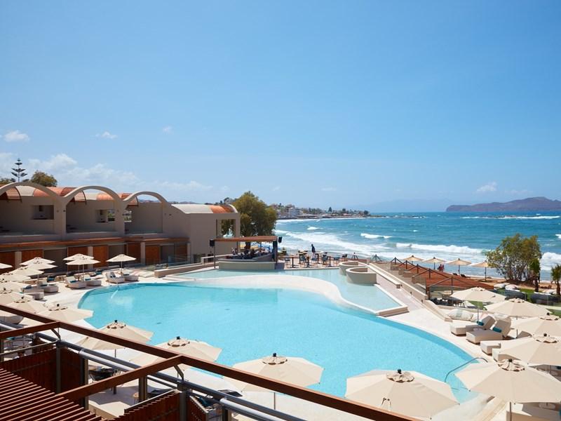 La piscine principale en front de mer