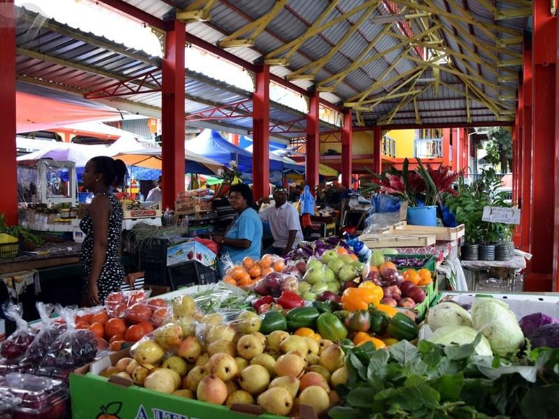 Découverte de l'ambiance animée du marché Sir Selwyn Selwyn-Clarke, et ses étals garnis de fruits exotiques et d'épices aux senteurs envoûtantes